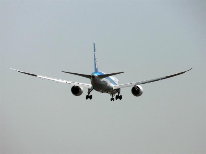 羽田空港から去っていくANAの飛行機