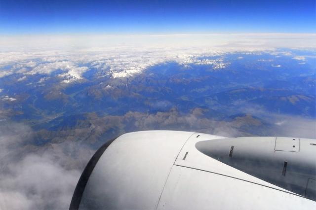 飛行機の中から見た青空