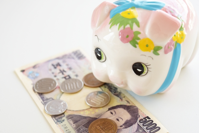 豚の貯金箱でお小遣いを貯める