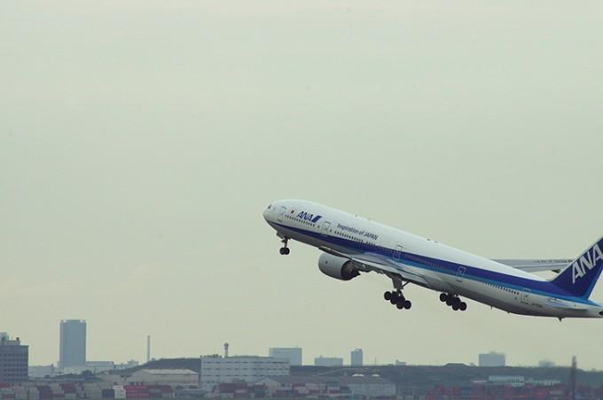 空港から飛び立つANAの飛行機