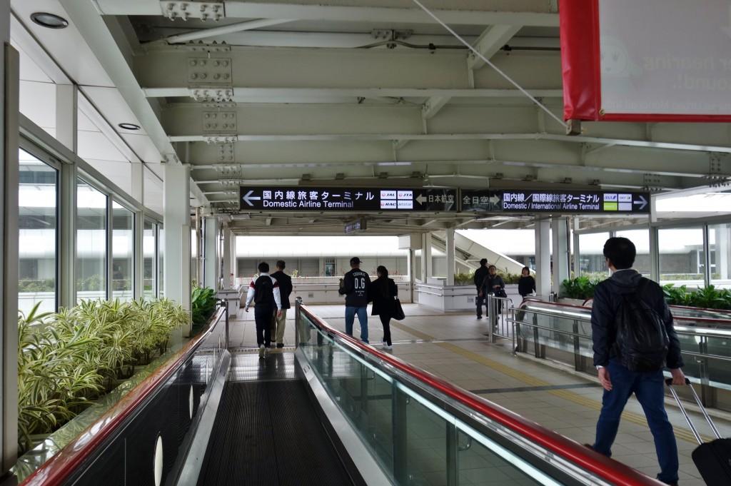 那覇空港入り口
