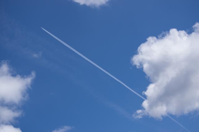 上向きの飛行機雲