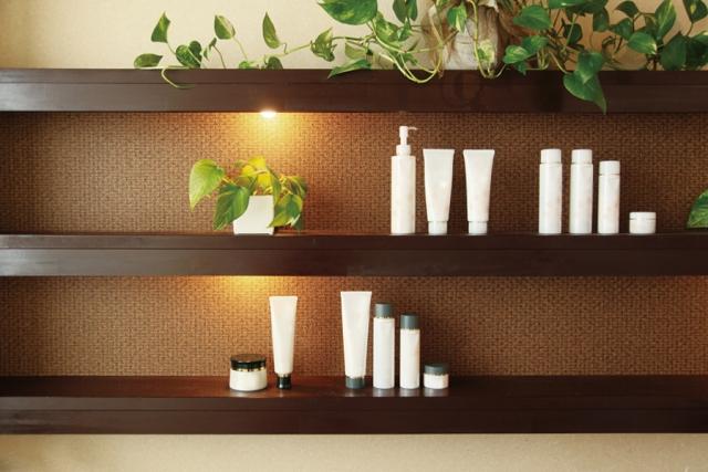 美容関連商品が並ぶ棚