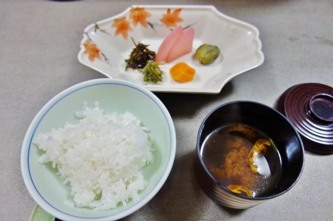 山翠楼の夕食(ごはんと味噌汁)