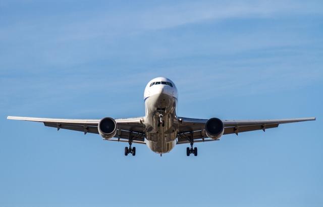 着陸するANAの飛行機