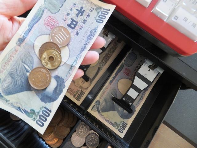 レジスターとお札と小銭