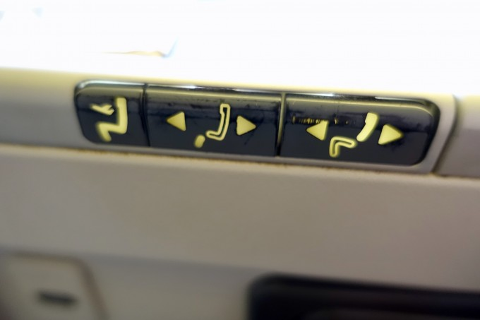 キャセイパシフィック航空ビジネスクラス リクライニングボタン