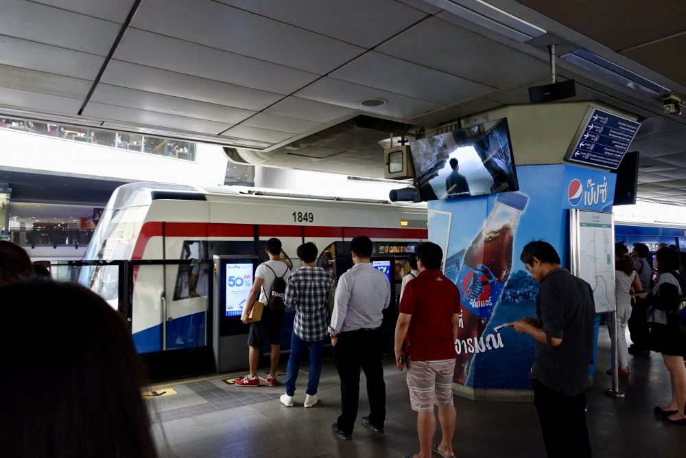 タイ・サイアム駅ホームの行列