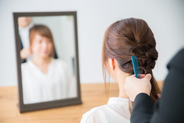 美容室でヘアセットしてもらう女性