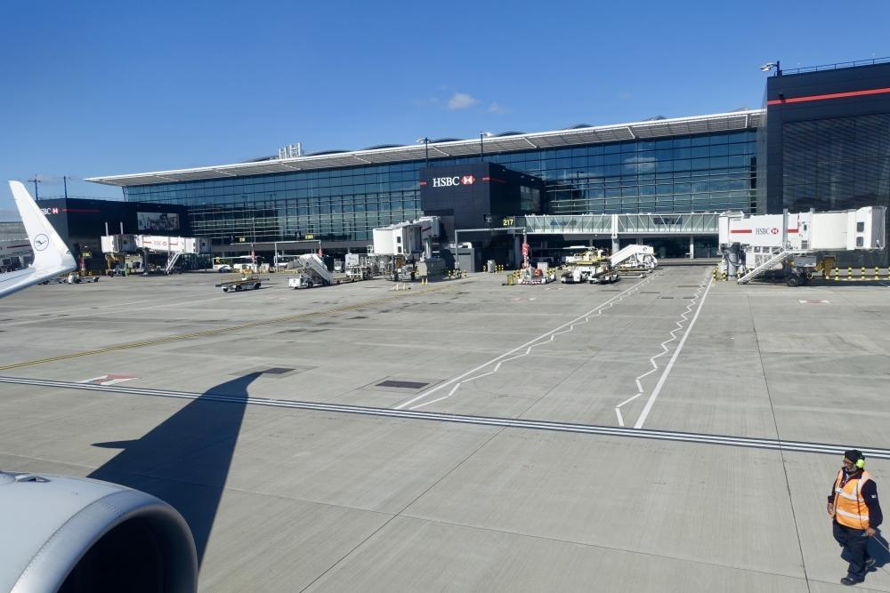 ヒースロー空港を後に