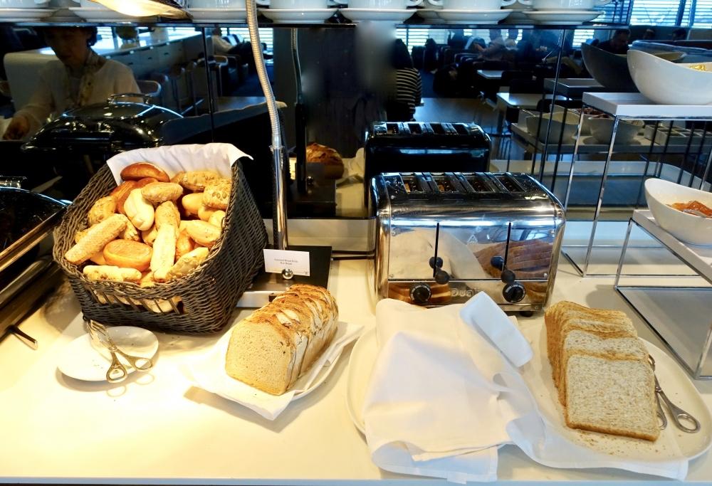 ルフトハンザ ビジネスラウンジ 朝食コーナー パン