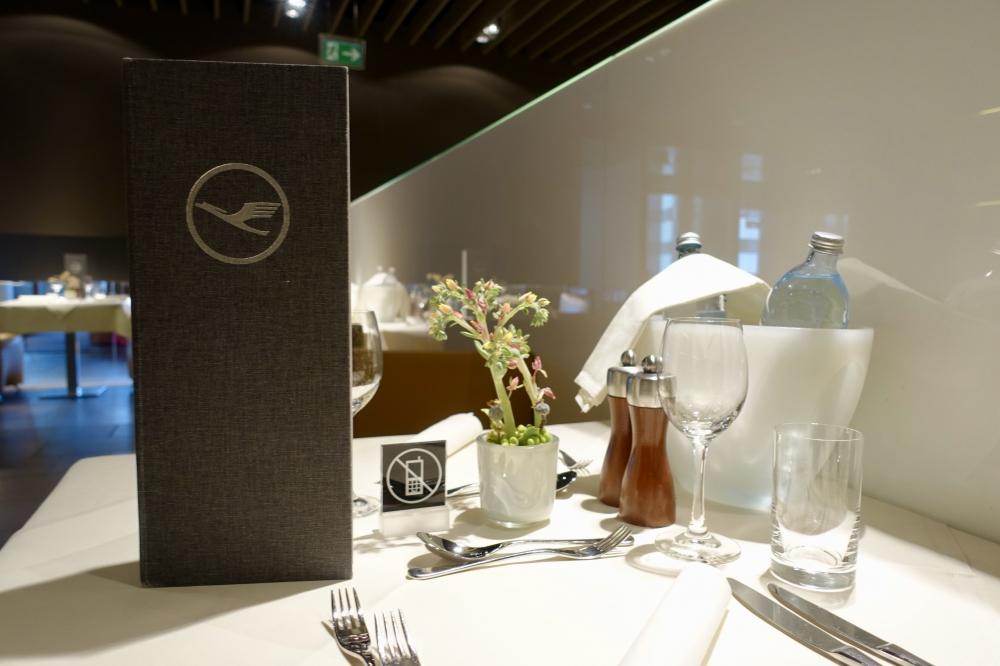 ルフトハンザ航空ファーストクラスターミナルのレストランテーブル