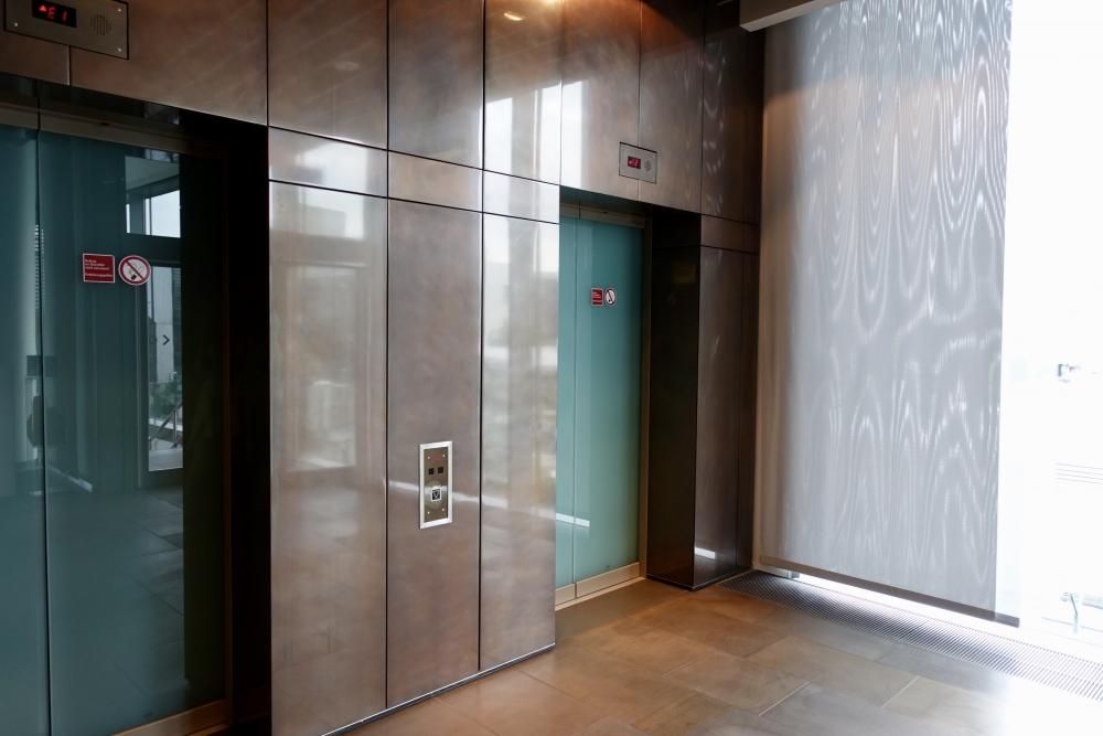 ルフトハンザ航空ファーストクラスターミナルの出口エレベーター