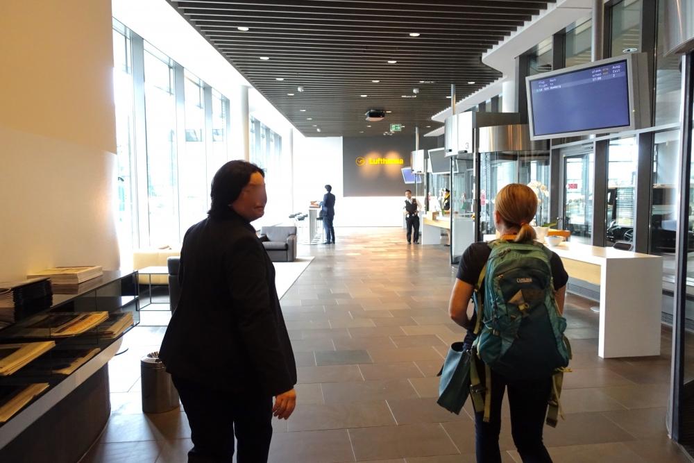 ルフトハンザ航空ファーストクラスターミナルの出口へ続く道