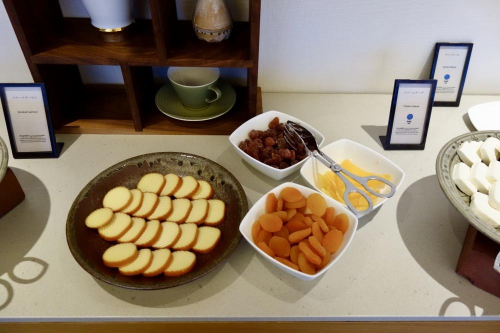 ヒルトン福岡シーホーク エグゼクティブラウンジ 朝食 チーズとドライフルーツ