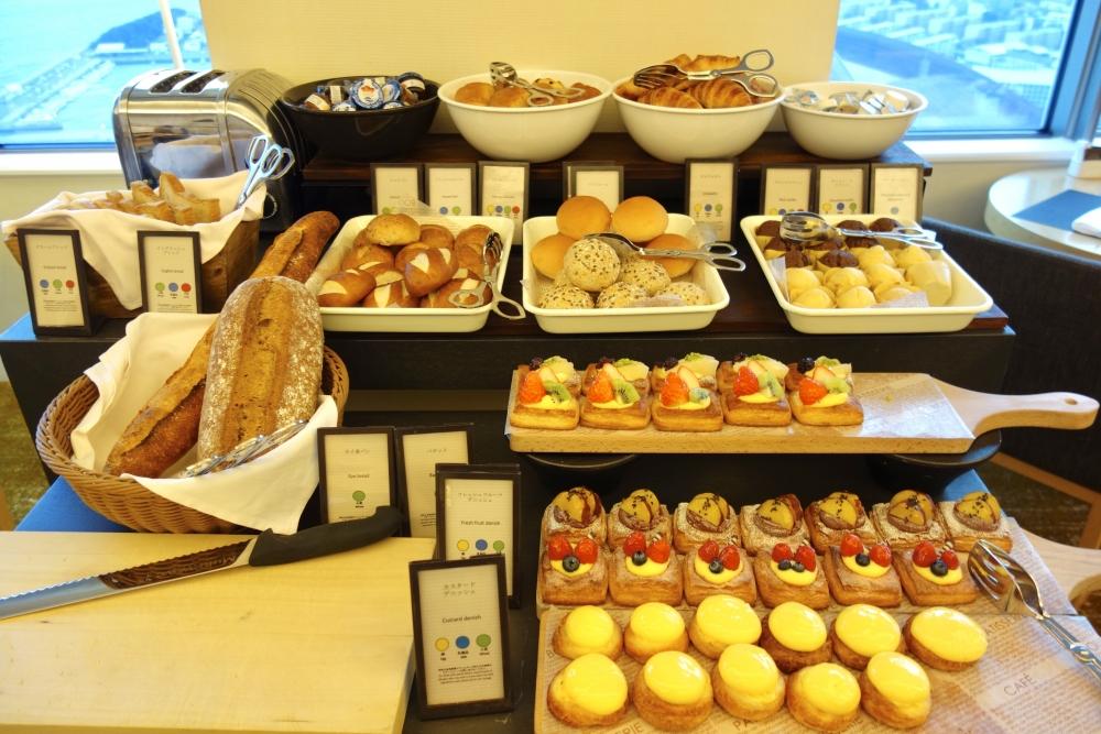 ヒルトン福岡シーホーク エグゼクティブラウンジ 朝食 パンはよりどりみどり