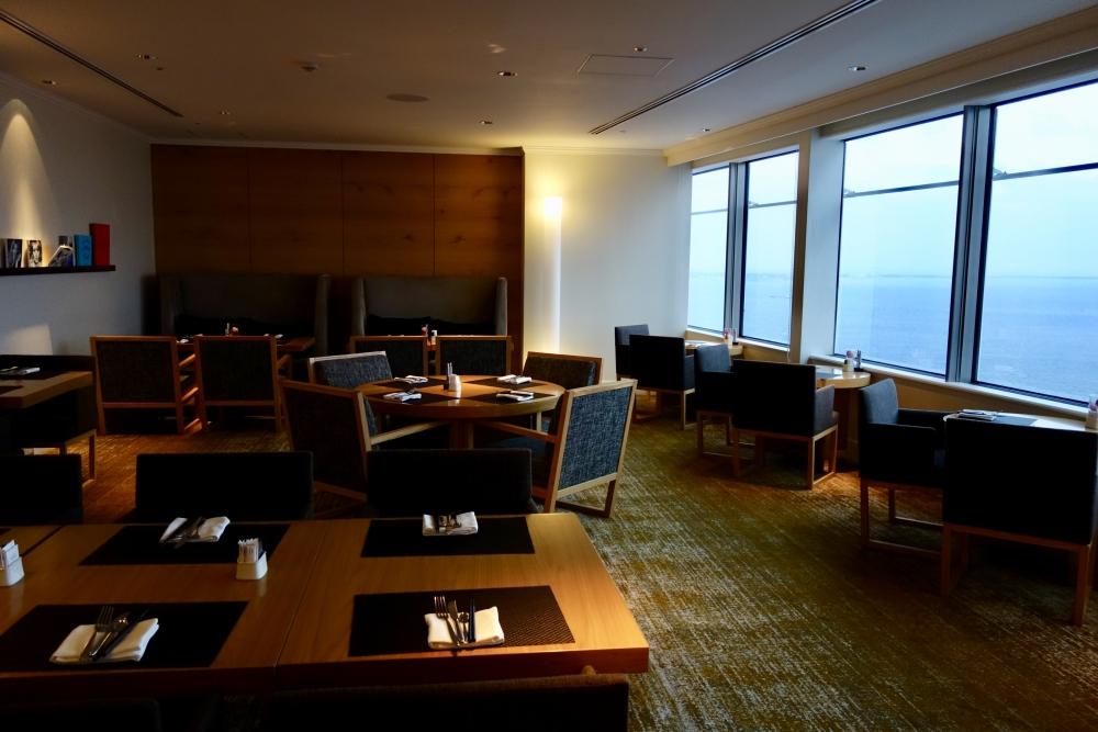 ヒルトン福岡シーホーク エグゼクティブラウンジ 奥のスペースにはソファ席もあり