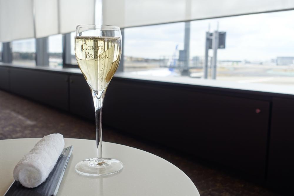 成田空港第1ターミナル 第5サテライト ANAスイートラウンジ シャンパンとおしぼり
