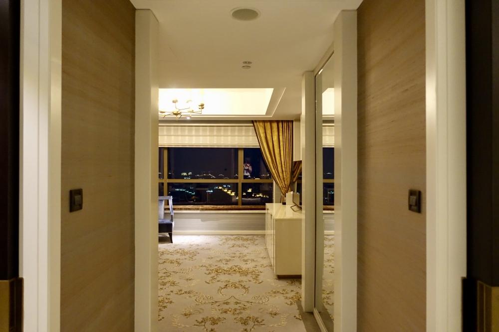 セントレジス上海 カロラインアスタースイート ドアを開けたところ