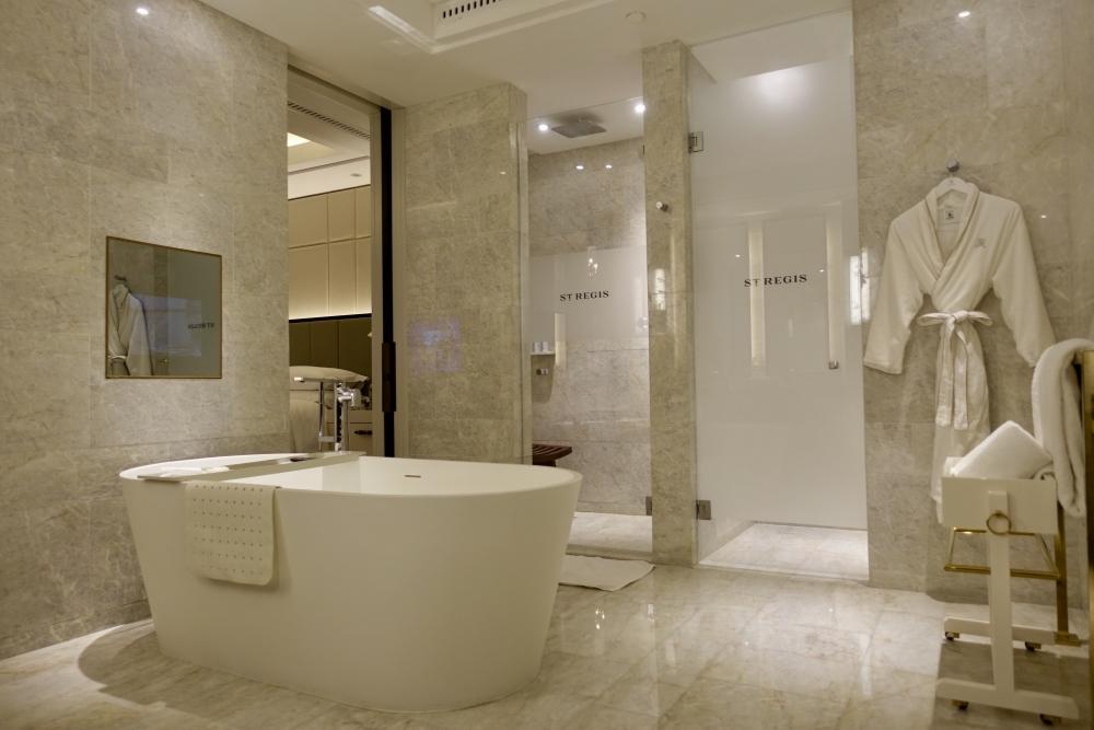 セントレジス上海静安 大理石でできたバスルーム