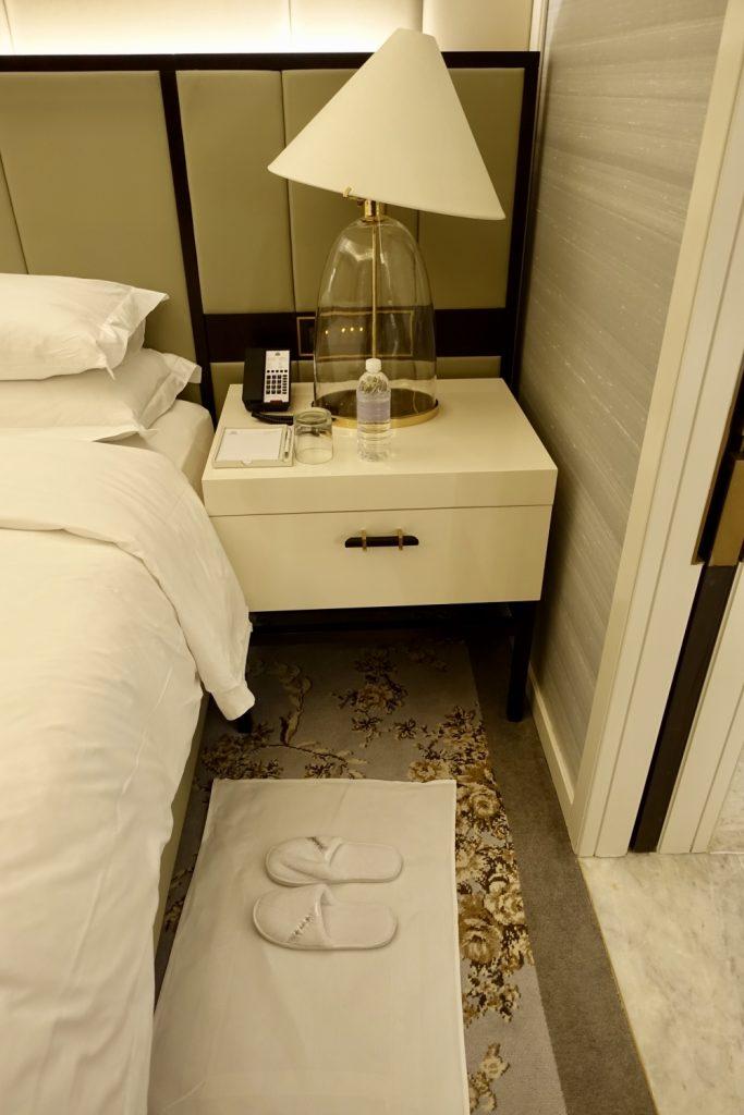 セントレジス上海静安 カロラインアスタースイート スリッパ1足はベッド側に配置済み