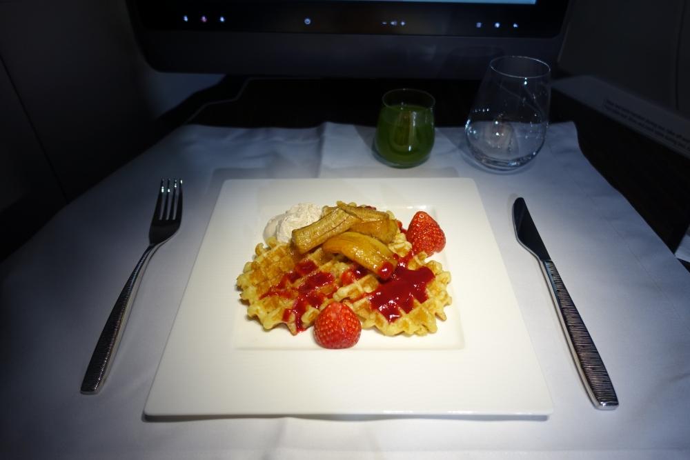 カタール航空 QR813便 ビジネスクラスキャビン 朝食はワッフル