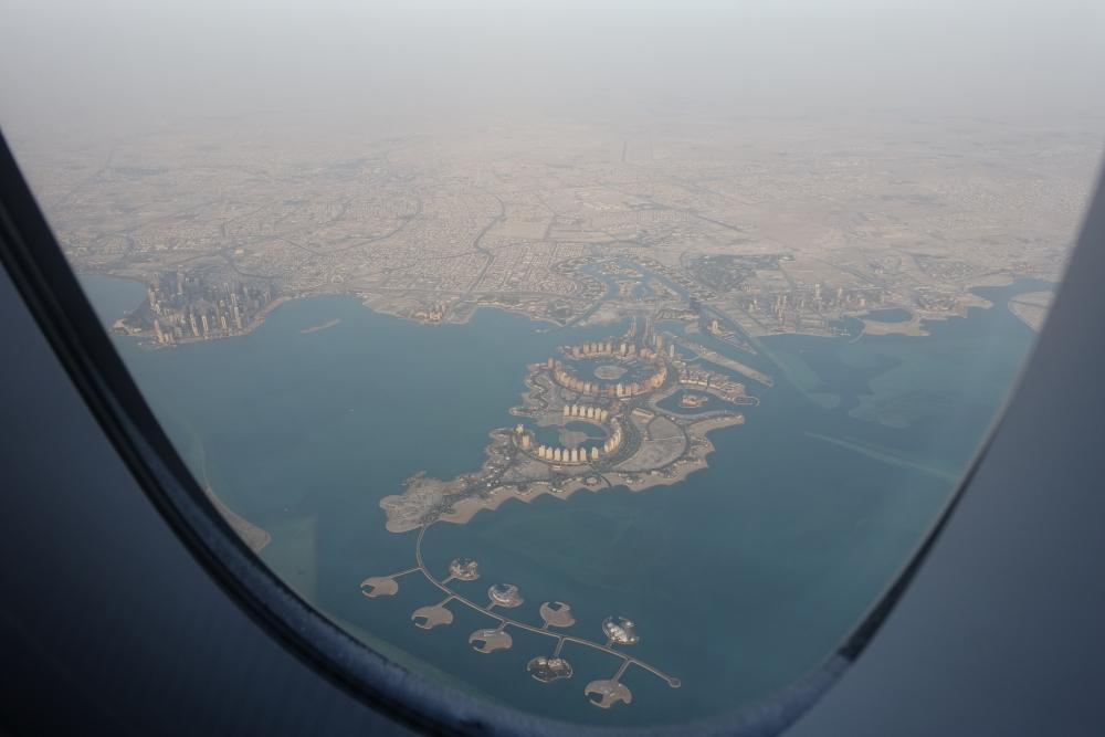 カタール航空 QR813便 ビジネスクラスキャビン ドーハ上空からの眺め