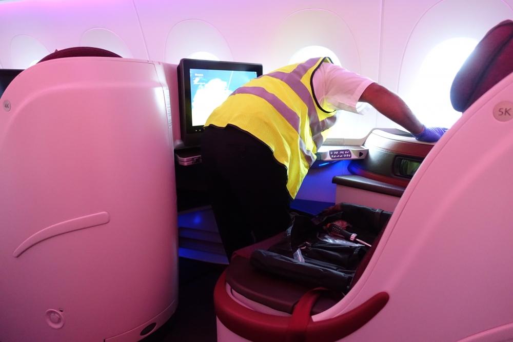 カタール航空 QR813便 ビジネスクラスキャビン 作業員さんが落としたPCを捜索
