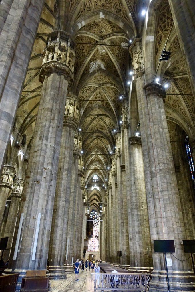 ミラノ大聖堂 入口から奥を臨む