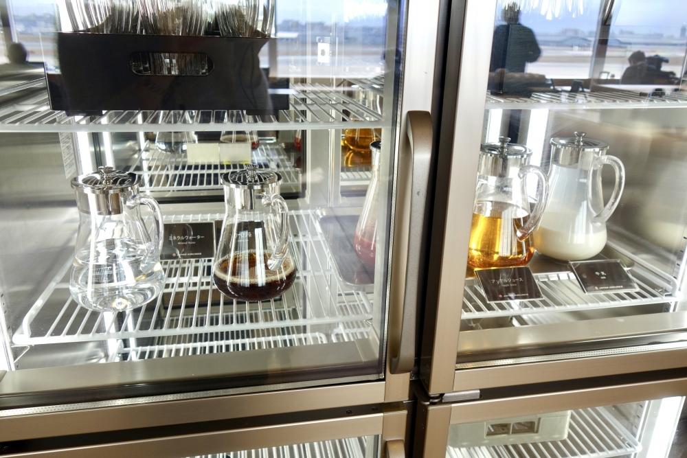 福岡空港 JAL国内線ダイヤモンド・プレミアラウンジ 冷蔵庫内のジュース