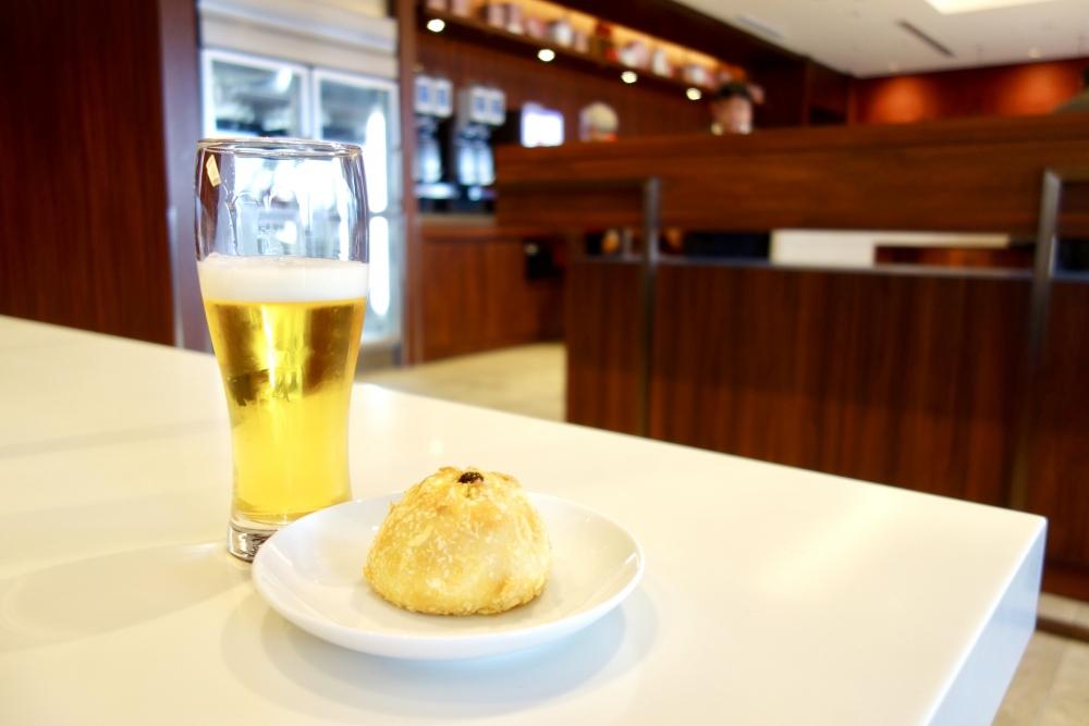 福岡空港 JAL国内線ダイヤモンド・プレミアラウンジ ビールとカレーパン