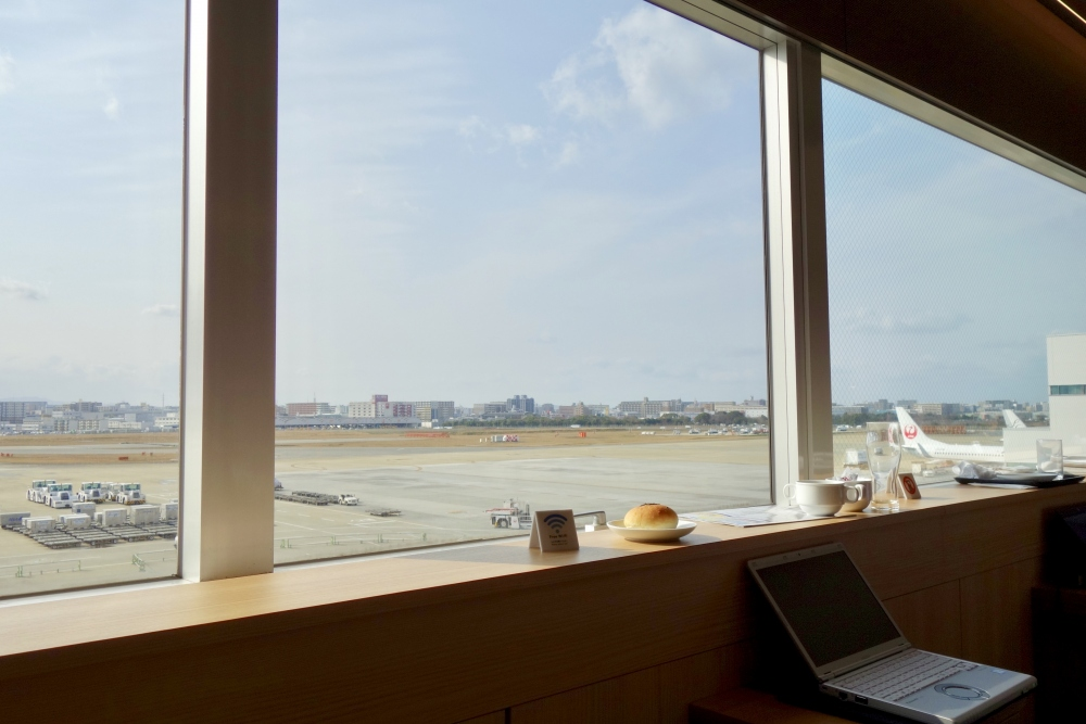 福岡空港 JALダイヤモンド・プレミアラウンジ 窓側の席