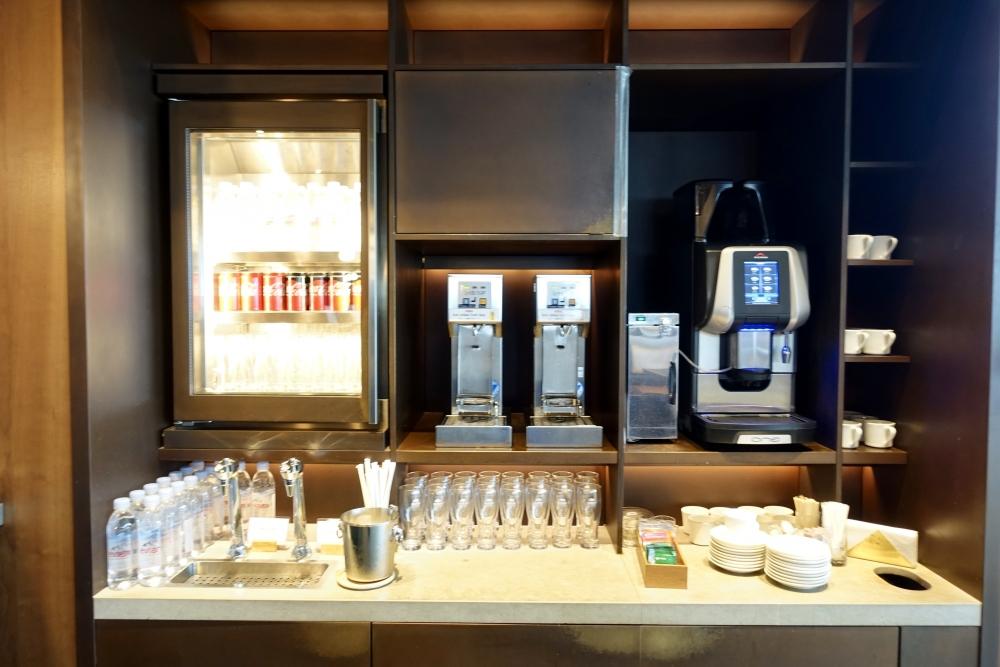 羽田空港国際線ターミナル キャセイパシフィック航空ラウンジ ヌードルバー セルフドリンクコーナー