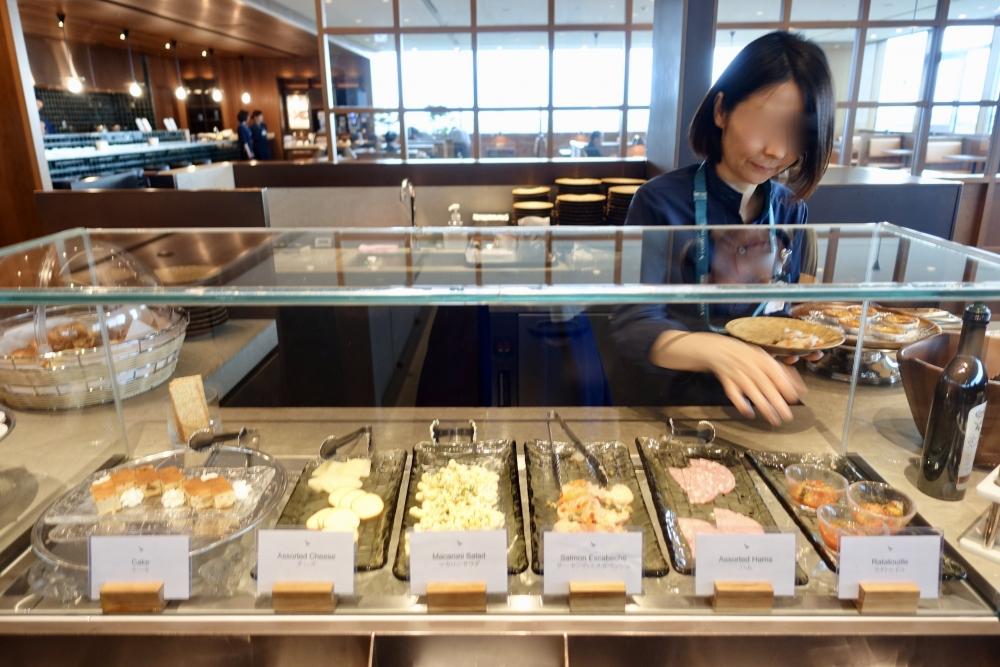 羽田空港国際線ターミナル キャセイパシフィック航空ラウンジ カウンター アペタイザー