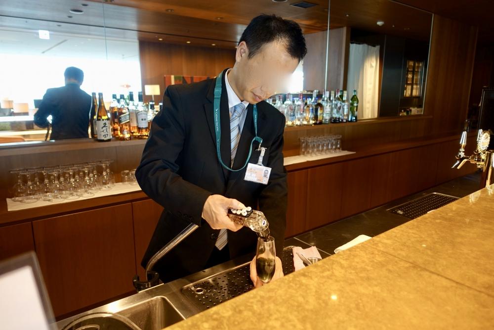 羽田空港国際線ターミナル キャセイパシフィック航空ラウンジ バーテンダーさんがカクテルを作ってくれます