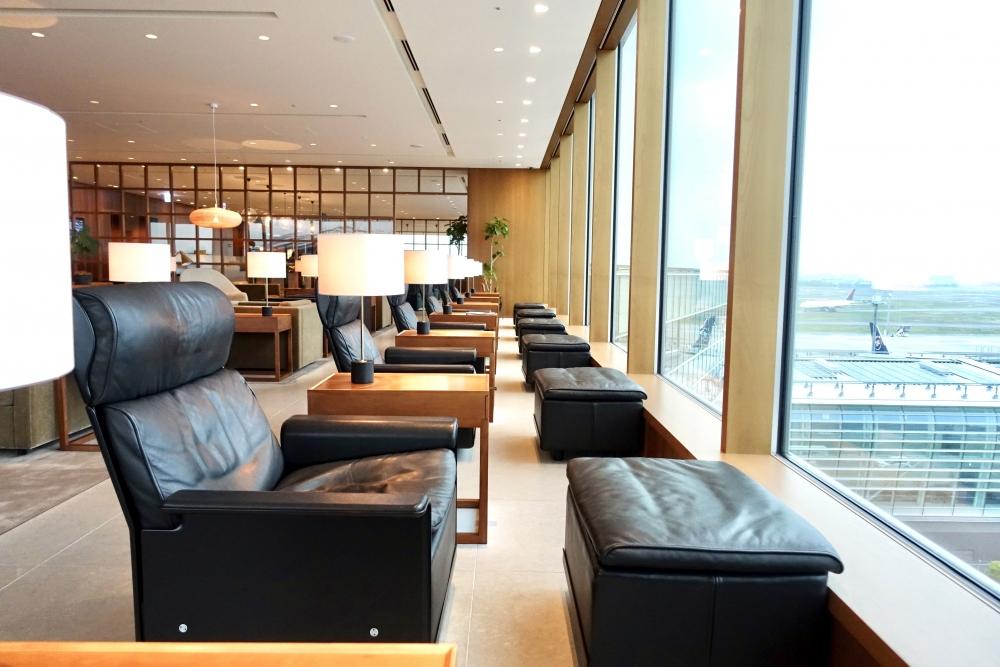 羽田空港国際線ターミナル キャセイパシフィック航空ラウンジ 窓側の席からは駐機場が見渡せる