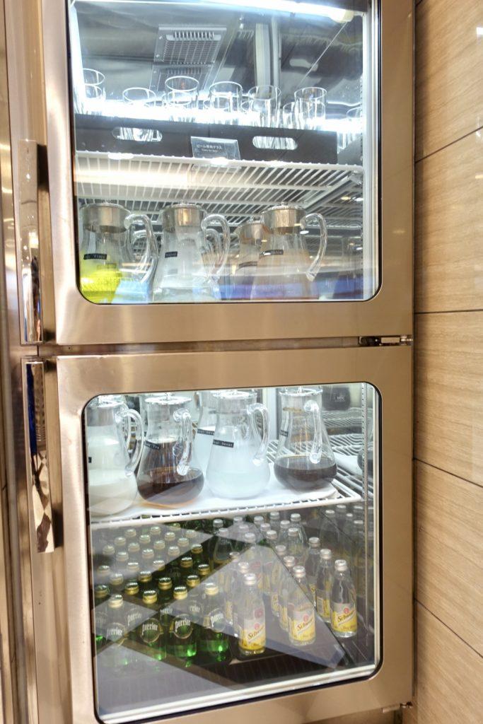 羽田空港国際線ターミナル JALファーストクラスラウンジ ダイニング ブッフェコーナー 冷蔵庫