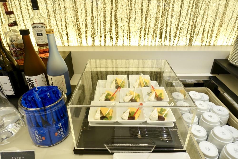 羽田空港国際線ターミナル JALファーストクラスラウンジ ダイニング ブッフェコーナー チーズ盛り合わせ