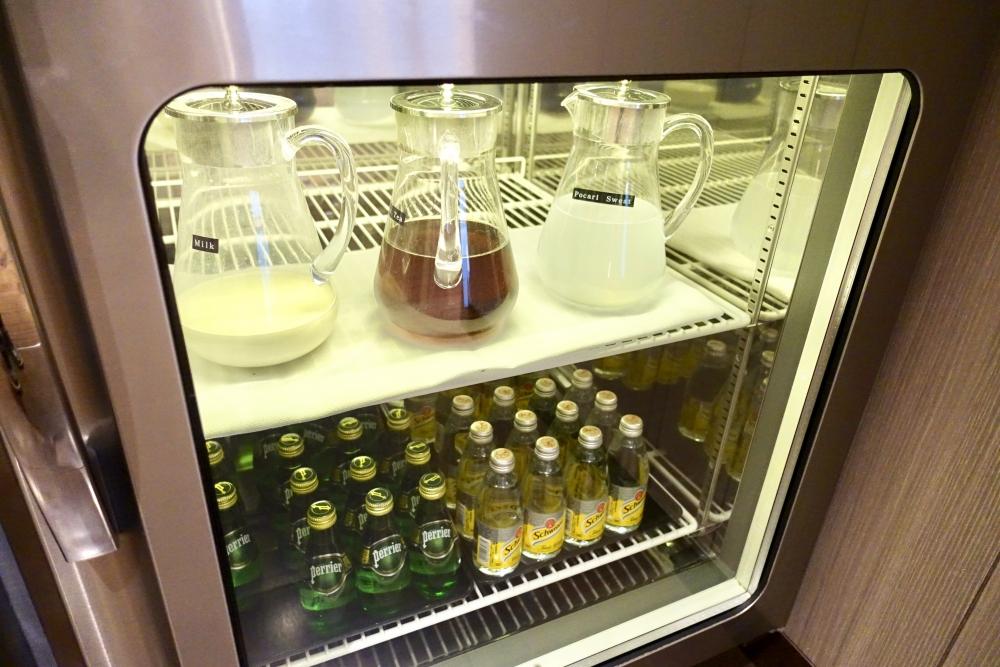 羽田空港国際線ターミナル JALファーストクラスラウンジ シーティングエリア ドリンクバーの冷蔵庫