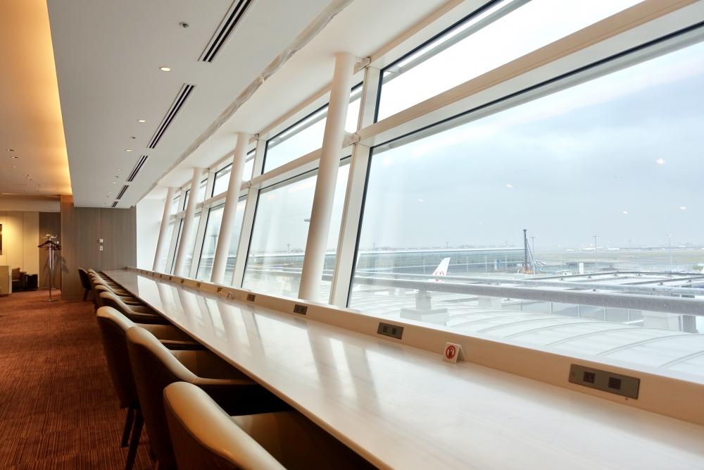 羽田空港国際線ターミナル JALファーストクラスラウンジ シーティングエリア カウンター席