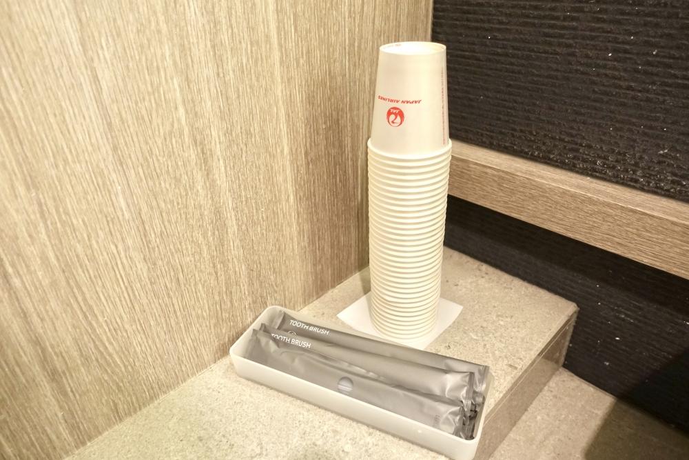羽田空港国際線ターミナル JALファーストクラスラウンジ お化粧室には歯ブラシセット