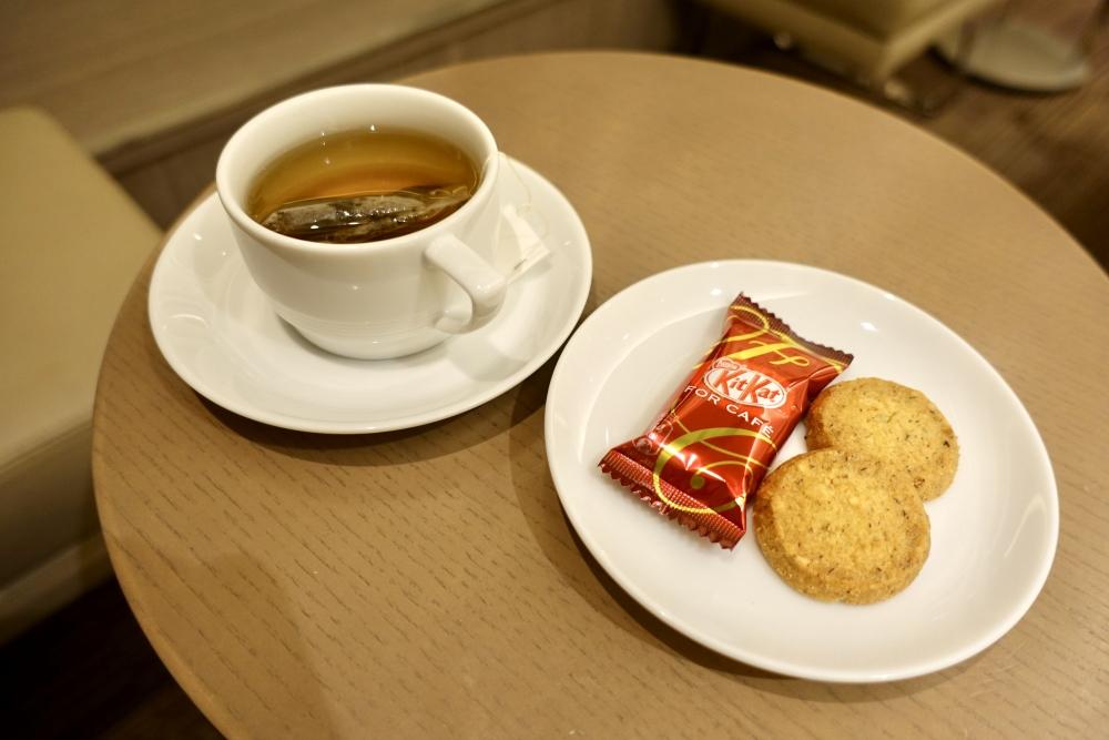 羽田空港国際線ターミナル JALファーストクラスラウンジ ダイニング キルフェボンのクッキーとキットカットでティータイム
