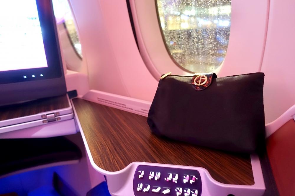カタール航空 QR813便 ビジネスクラスキャビン アルマーニのアメニティキット