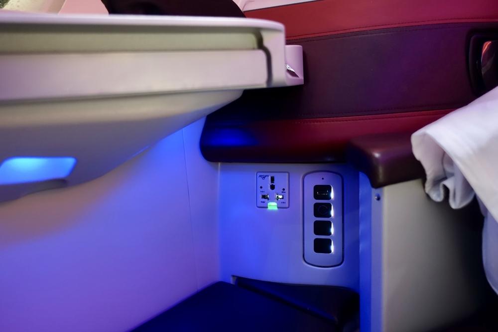 カタール航空 QR813便 ビジネスクラスキャビン 電源
