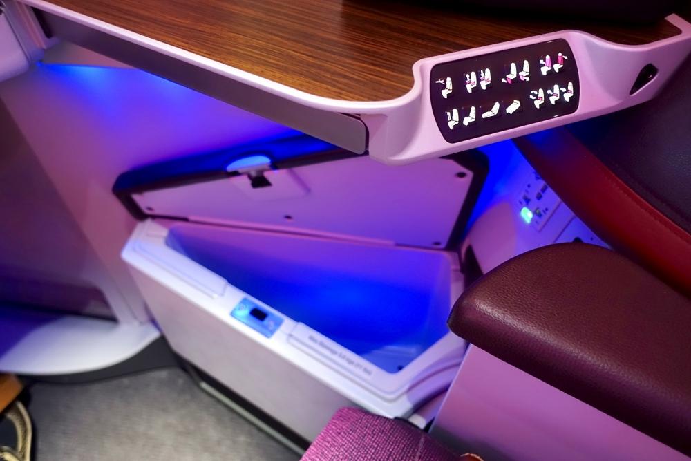 カタール航空 QR813便 ビジネスクラスキャビン 右下の収納ボックス