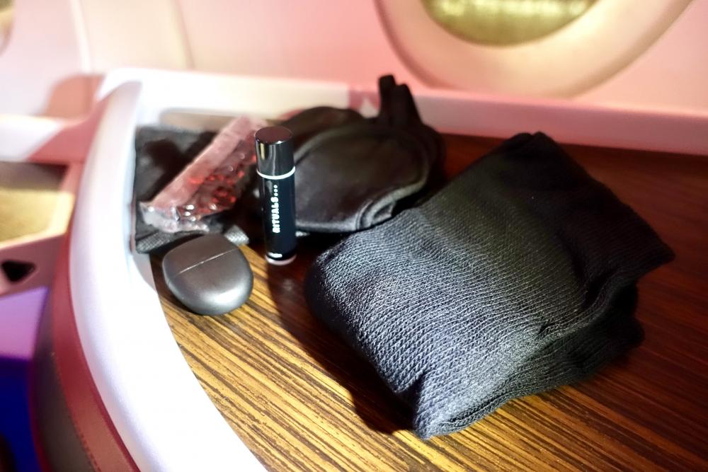 カタール航空 QR813便 ビジネスクラスキャビン 耳栓やアイマスク等のアメニティ