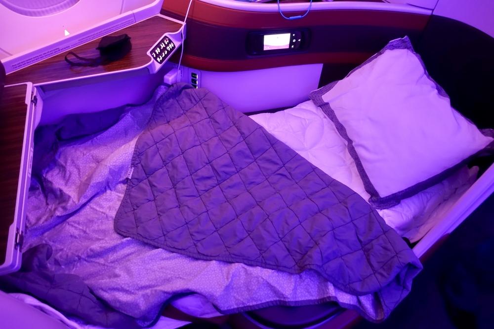カタール航空 QR813便 ビジネスクラスキャビン フルフラットシート