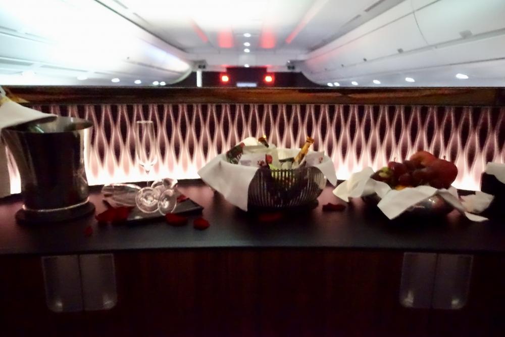 カタール航空 QR813便 ビジネスクラスキャビン 中央のバーカウンター