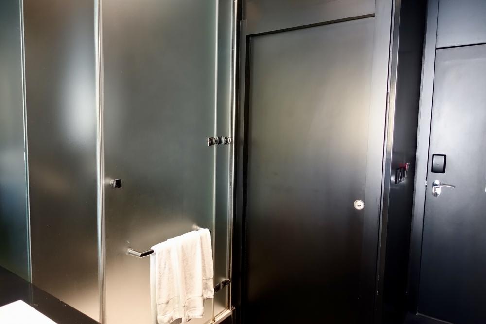 W パリ オペラ シャワーブースとトイレ