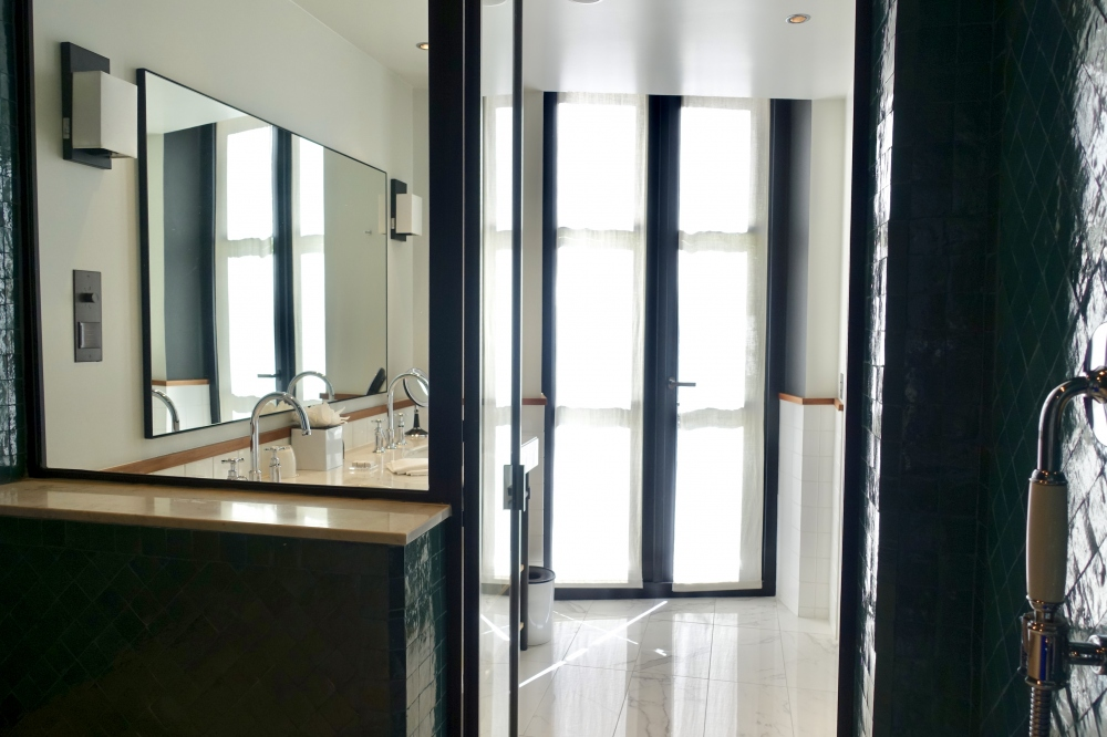 le roch インダルジェンススイート バスルームから洗面台側の眺め
